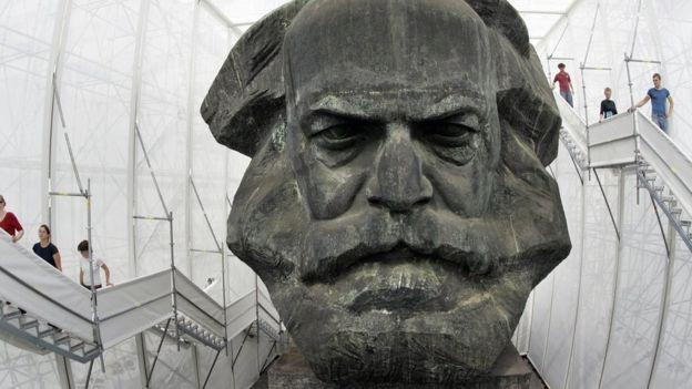 Hay dificultades propias del español para traducir términos que Marx utiliza en el original alemán. UWE MEINHOLD/ AFP