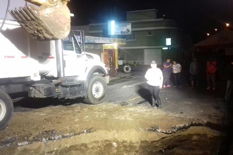 Equipos de la Municipalidad de Mixco trabajan esta madrugada en la reparación de un hundimiento en el sector conocido como Las Guacamayas, zona 4. (Foto Prensa Libre: Municipalidad de Mixco)