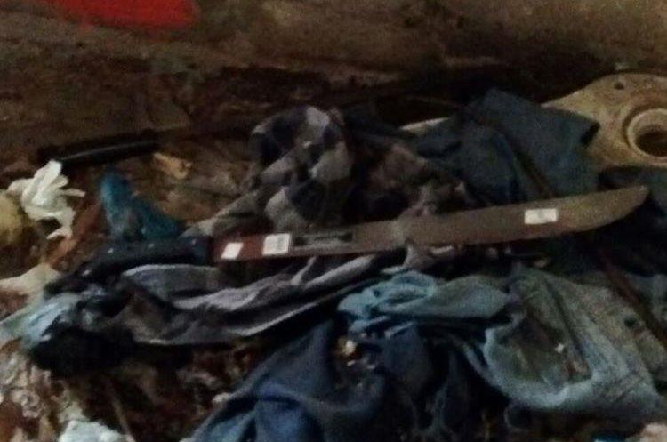 Uno de los machetes encontrados en el inmueble. (Foto Prensa Libre: PNC).