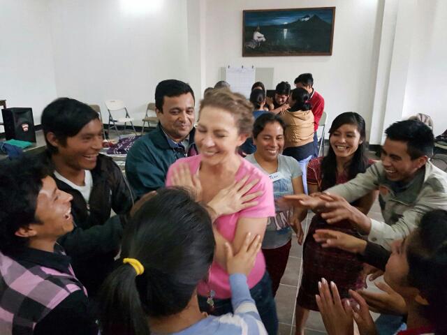 Elizabeth Ammon, voluntaria del Arte del Vivir, durante su trabajo de voluntariado.
