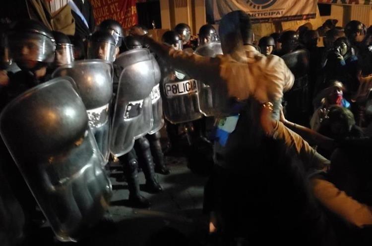 Los agentes antimotines también intervinieron bloqueando los alrededores.