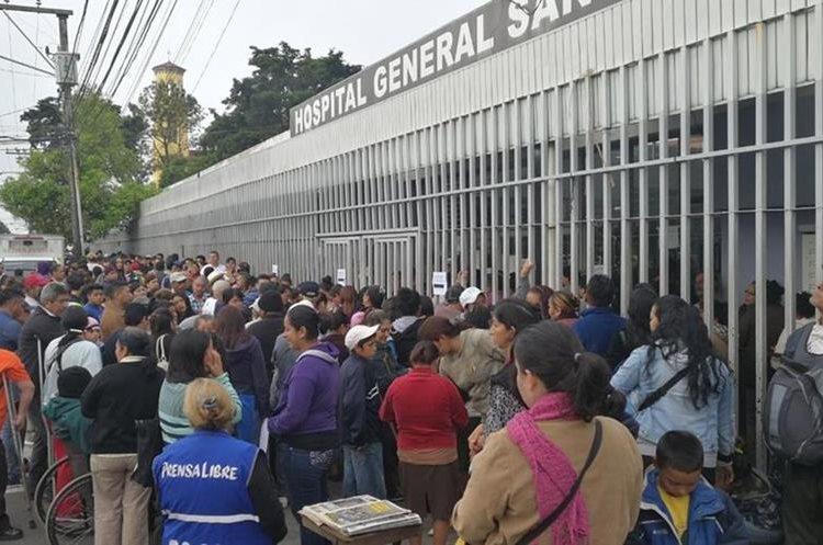 Las personas madrugaron para lograr obtener un número para ser atendidos en la Consulta Externa del Hospital General San Juan de Dios. (Foto Prensa Libre: Estuardo Paredes)