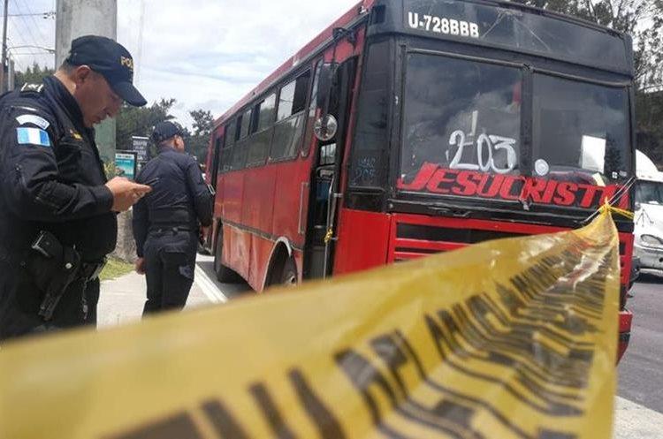 Policía acordona el área del segundo ataque contra unidades de la ruta 203. (Foto Prensa Libre: Érick Ávila)