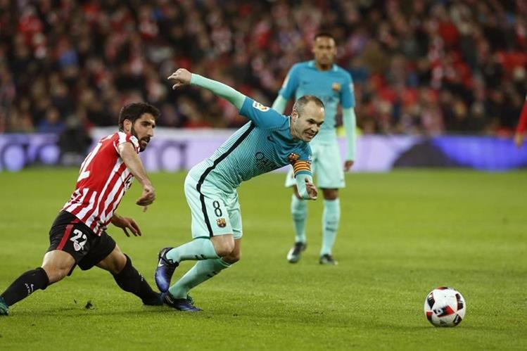 El centrocampista del Athletic Club de Bilbao Raúl García (i) disputa un balón con el centrocampista del FC Barcelona Andrés Iniesta (d). (Foto Prensa Libre: EFE)