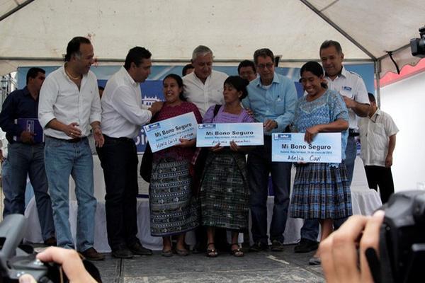 <p> Otto Pérez, diputados y otros funcionarios entregaron en forma &quot;simbólica&quot; apoyo a familias afectadas por la canícula. (Foto, Prensa Libre: Carlos Grave).</p>