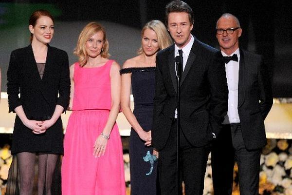 <p>El elenco de Birdman subió al escenario a recibir el reconocimiento como mejor reparto. (Foto Prensa Libre: AP)</p>