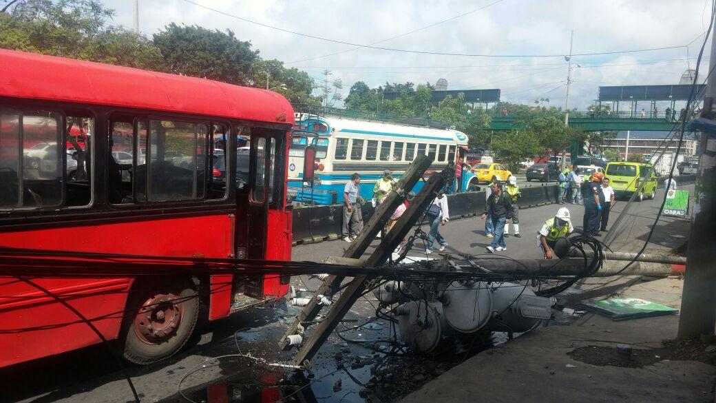 El choque del bus con el poste de tendido eléctrico provocó daños a tres transformadores de energía en la zona 8. (Foto Prensa Libre: José Patzán)