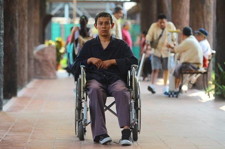 Enoc Sarceño, recibe rehabilitación en el Seguro Social.(Prensa Libre: Álvaro Interiano)