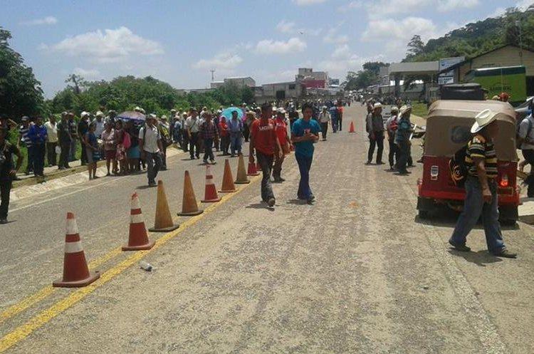 Los campesinos aseguran que no depondrán la medida hasta que las autoridades les den una respuesta positiva a sus demandas. (Foto Prensa Libre: Rigoberto Escobar)