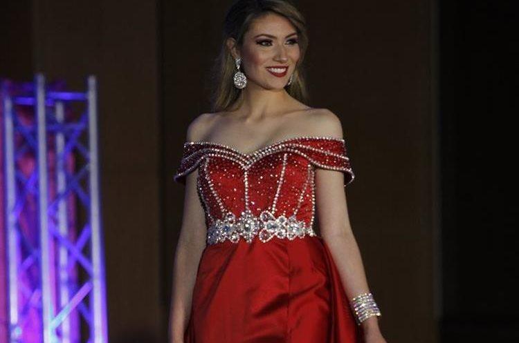 Las concursantes también modelaron traje de baño, traje casual y vestido cocktail. (Foto Prensa Libre: Paulo Raquec).