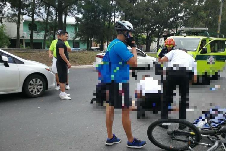Bomberos atienden al ciclista Julio Alejandro López en el lugar del accidente. (Foto Prensa Libre: Cortesía).