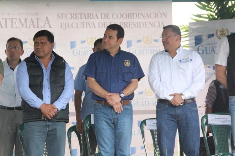 El presidente Jimmy Morales, durante el evento de entrega de escrituras, el cual se llevó a cabo en Santiago Atitlán, Solola. (Foto Prensa Libre: Ángel Julajuj)