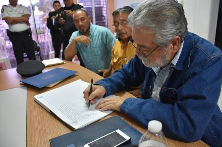 Eddy Villadeleón al momento de firmar los acuerdos con autoridades de Chiquimula.(Prensa Libre: Mario Morales)