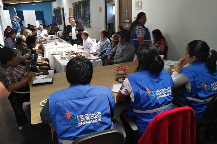 Miriam Catarina Roquel Chávez, procuradora adjunta de la PDH escucha las demandas de las organizaciones de la sociedad civil de Sololá. (Foto Prensa Libre: Ángel Julajuj)