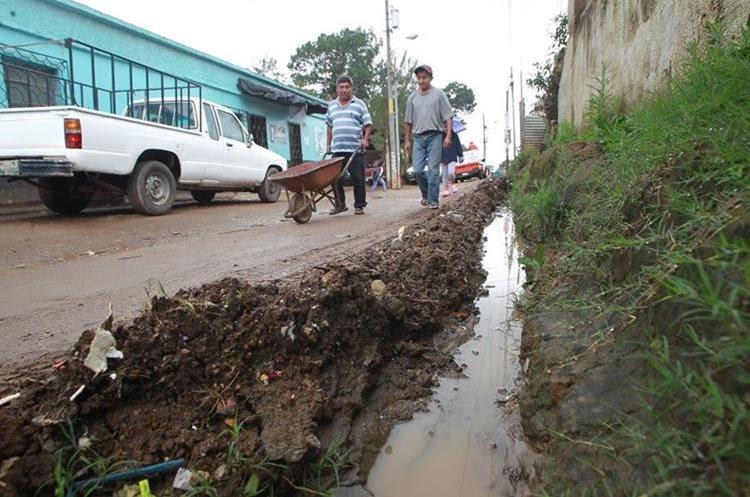 La colonia Sacoj Grande de Mixco, tiene los desagües sobre las calles. (Foto Prensa Libre: Érick Ávila)