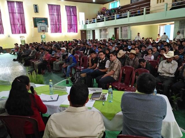 Pobladores de Sololá escuchan los resultados de estudios efectuados por expertos del Inab. (Foto Prensa Libre: Ángel Julajuj)