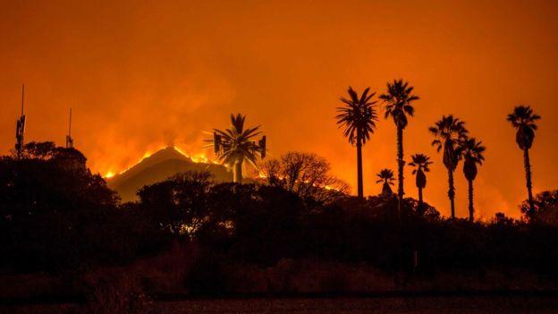 El fuego dejó imágenes verdaderamente impresionantes en Santa Paula y Ventura, al norte de Los Ángeles. AFP
