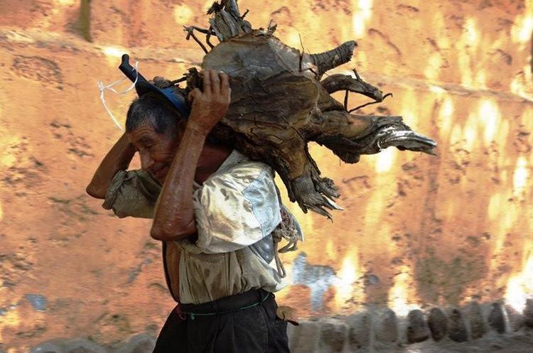 Muchos adultos mayores se han visto vulnerados por familiares, quienes los han abandonado. (Foto Prensa Libre: Mario Morales)