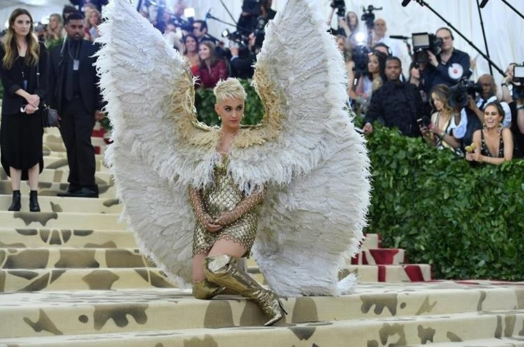 "Katy Perry lució un atuendo ""angelical""."