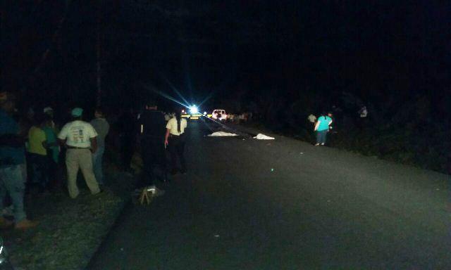 Accidente de Tránsito en Petén deja a una oficial de la PNC y un niños muertos, otros dos quedaron heridos. (Foto Prensa Libre: Rigoberto Escobar)