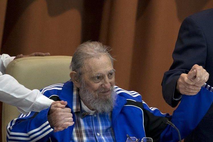 En esta foto del 19 de abril de 2016, Fidel Castro toma la mano de su hermano, el presidente Raul Castro -derecha-. (Foto Prensa Libre: Cubadebate vía AP)
