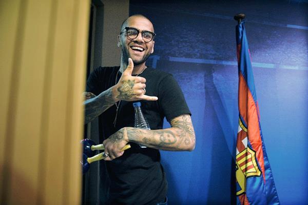 Dani Alves se mostró muy feliz durante la conferencia de prensa. (Foto Prensa Libre: AFP)