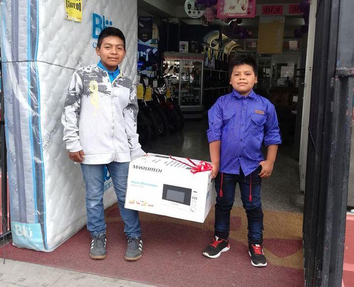 Los hermanos Alfredo y Jhony al salir de la tienda donde compraron el regalo a su mamá. Foto Prensa Libre: Haroldo Rolando Vásquez.