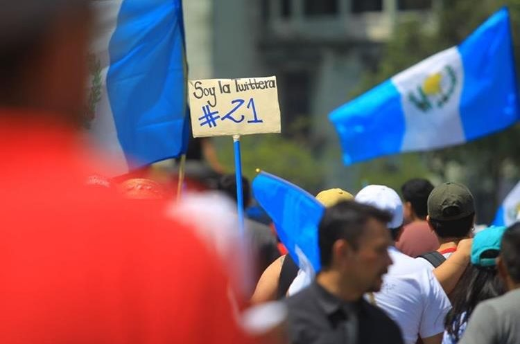 Decenas de personas llegaron a la Plaza de la Constitución. (Foto Prensa Libre: Álvaro Interiano)