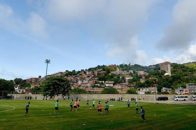 Jugadores de la selección de Uruguay se ejercitan en Puerto Azul, en Venezuela. (Foto Prensa Libre: AFP)