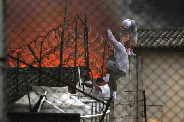 Internos de Etapa 2 huyen del incendio que provocaron. (Foto Prensa Libre: Hemeroteca PL)