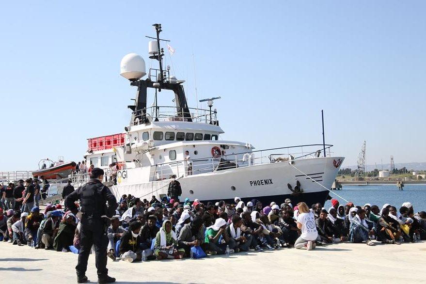 Migrantes son vigilados luego de desembarcar en las costas de Sicilia, Italia, lugar que casi colapsa por la gran cantidad de indocumentados que han recibidos. (Foto Prensa Libre: AP).