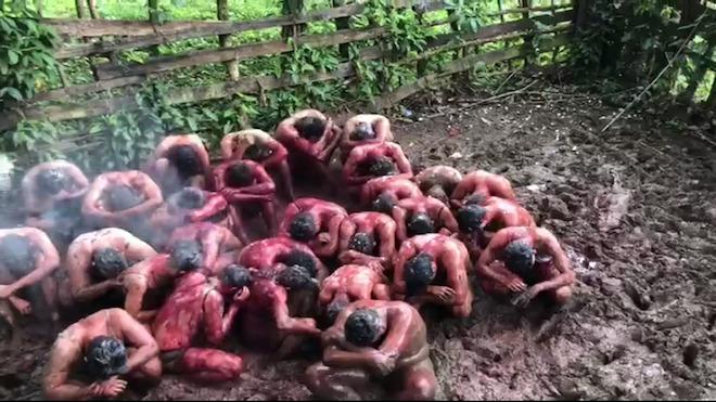 Algunos estudiantes de primer ingreso fueron obligados a arrastrarse sobre excremento y les lanzaron un líquido con mal olor. (Foto Prensa Libre: Tomado de Guatevisión)