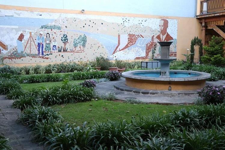Un mural en el patio de Casa No'j es parte de las obras de arte que pueden observarse en el lugar. (Foto Prensa Libre: María José Longo)