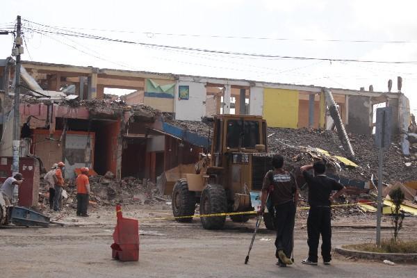 Máquina demuele edificio dañado por terremoto en San Marcos. Informe señala carencias de atención a infraestructura.