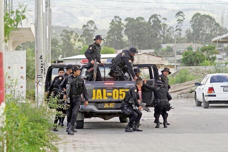 Fuerzas de seguridad realizan allanamientos en una vivienda de residenciales Villas de Santiago, en la cabecera de Jalapa. (Foto Prensa Libre: Hugo Oliva)