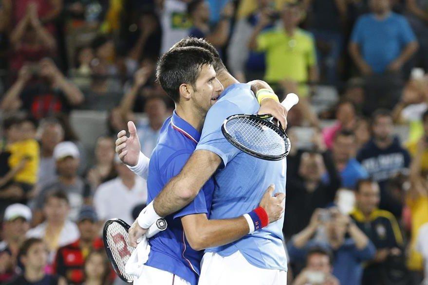 Juan Martín Del Potro y Novak Djokovic al finalizar su juego. (Foto Prensa Libre: EFE)