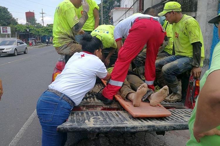 Uno de los trabajadores rescatados es llevado a un centro asistencial. (Foto Prensa Libre: Rolando Miranda)
