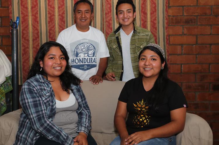 Edwin Estacuy junto a sus tres hijos en la sala de su vivienda en la zona 21 de la capital. (Foto Prensa Libre: Érick Ávila).