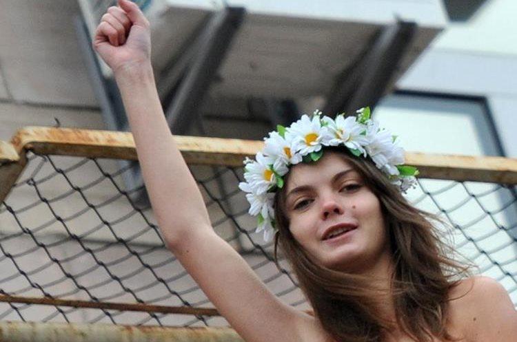 La foto tomada el 1 de febrero de 2011 muestra a la activista del movimiento femenino Femen Oksana Shachko durante una acción en Kiev.(AFP)