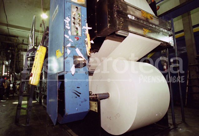 Para la impresión de la edición de Prensa Libre de un día se requieren de al menos 94 bobinas de papel. (Foto: Hemeroteca PL)
