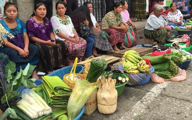 """Vendedoras queqchíes captadas en el mercado central de Cobán, Alta Verapaz. &nbsp;<span style=""""font-size: 12px;"""">PRENSA LIBRE / EDUARDO SAM</span>"""