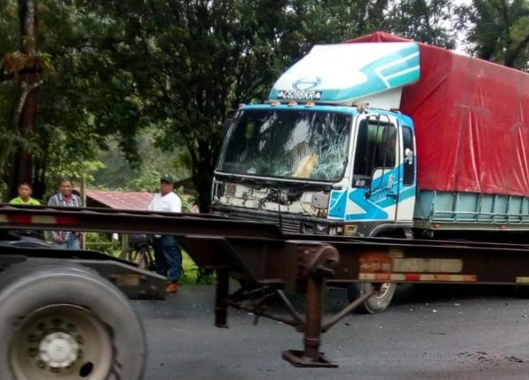Uno de los automotores involucrados en el accidente en Izabal. (Foto Prensa Libre: Dony Stewart).