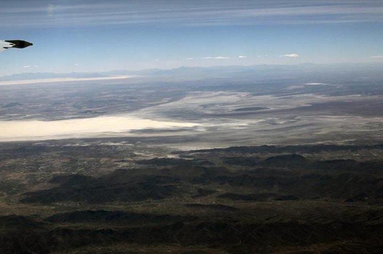 BOL23- ORURO (BOLIVIA).- 14/12/2015.- Vista aérea del lago Poopó hoy, lunes 14 de diciembre de 2015, en Oruro (Bolivia). El segundo lago más grande de Bolivia, el Poopó, está en un proceso desertización en la zona andina del país debido al cambio climático, los fenómenos de El Niño y la Niña y la contaminación minera, afirmaron hoy investigadores y campesinos. EFE/MARTIN ALIPAZ