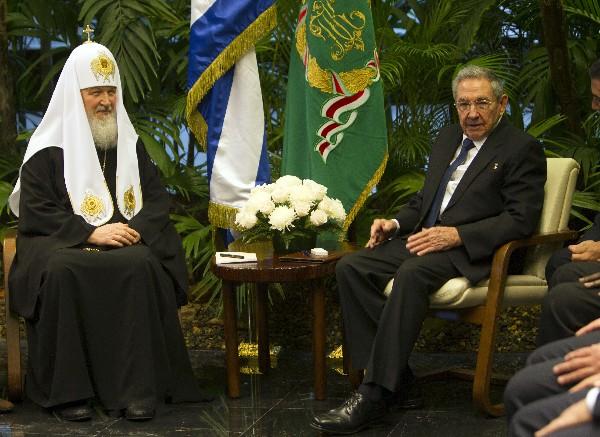 El presidente de Cuba, Raúl Castro, (d) recibió al patriarca ruso, Kiril.