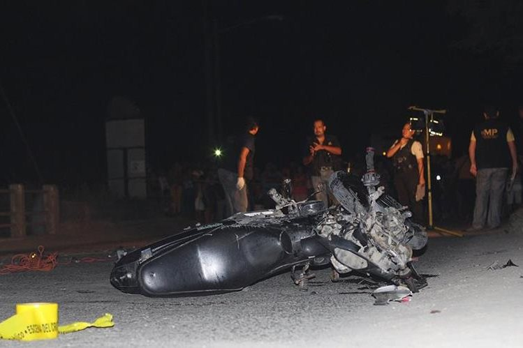 Esta es la motocicleta en la que viajaban los tres hombres que se accidentaron. (Foto Prensa Libre: Dony Stewart)