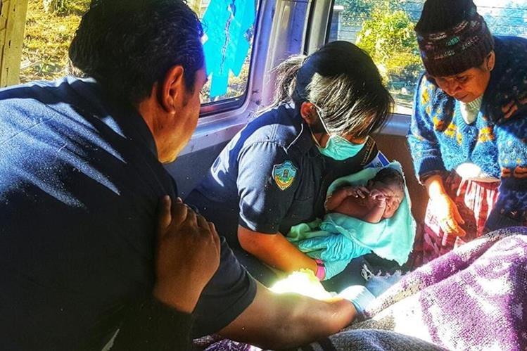 Bomberos atienden a mujer y su bebé que nació cuando era trasladada hacia un hospital en Sololá. (Foto Prensa Libre: Ángel Julajuj)