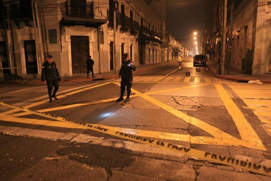 Bomberos Muncipales auxiliaron a la víctima en la esquina de la 7a. avenida y 9a. calle de la zona 1. (Foto Prensa Libre: E. García)