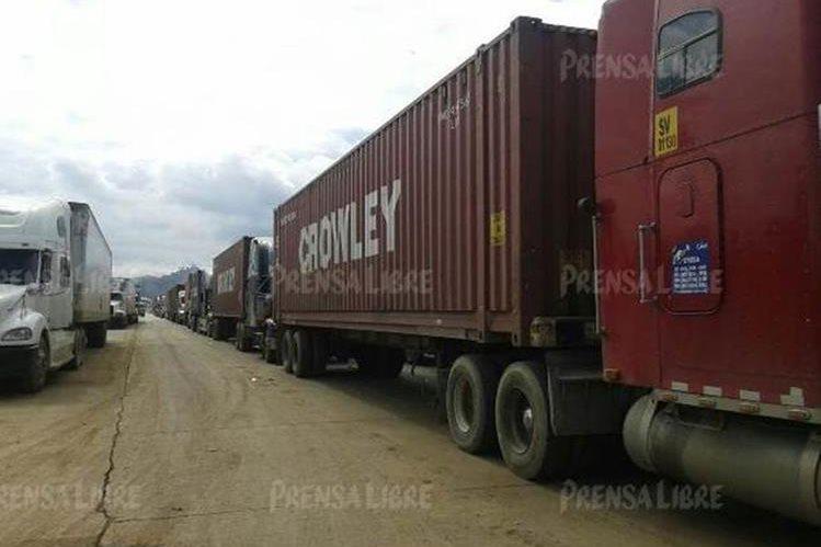 Fila de tráileres en el ingreso a la portuaria Santo Tomás de Castilla, en Puerto Barrios, Izabal. (Foto Prensa Libre: Edwin Perdomo).