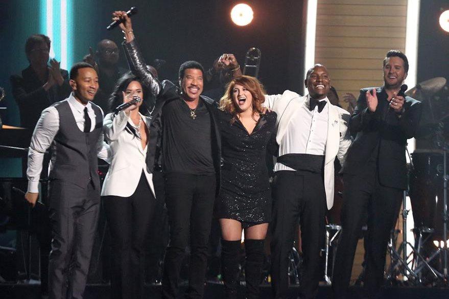 Lionel Richie (de negro) recibió un homenaje a su trayectoria. (Foto Prensa Libre: AP)