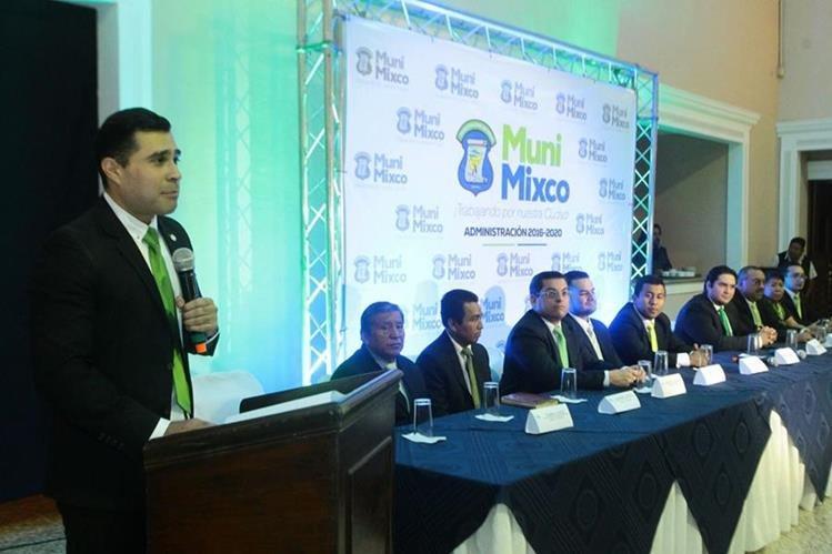 El alcalde electo Neto Bran presentó a los integrantes del concejo y la nueva imagen de la comuna. (Foto Prensa Libre: Álvaro Interiano)